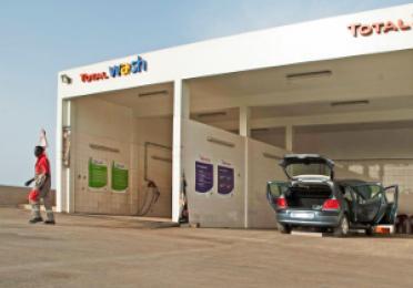 La station de lavage Total Wash et l'atelier mécanique Total Service de la station-service Autoroute de l'Avenir.  Station-service Autoroute de l'Avenir, au Sénégal