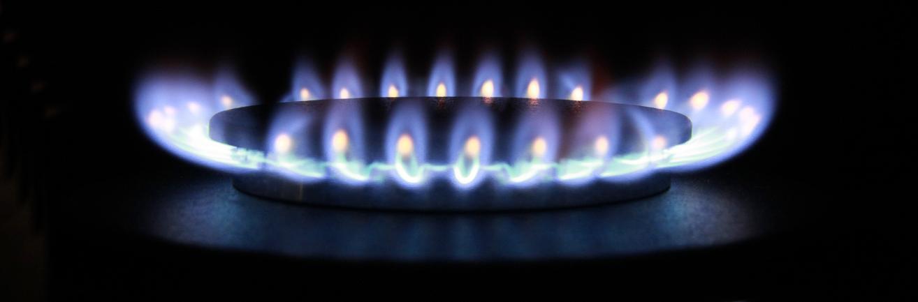 Photo d'illustration. Flamme d'une plaque de cuisson au gaz. Fond noir.